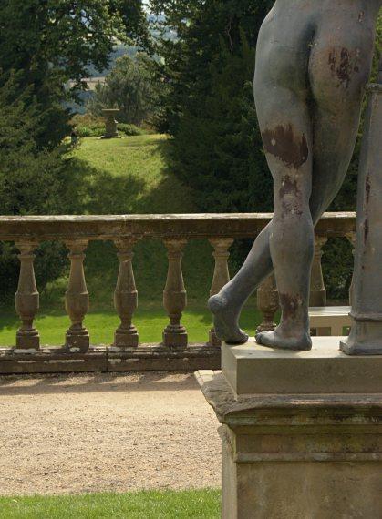 Rzeźba w przyzamkowym ogrodzie