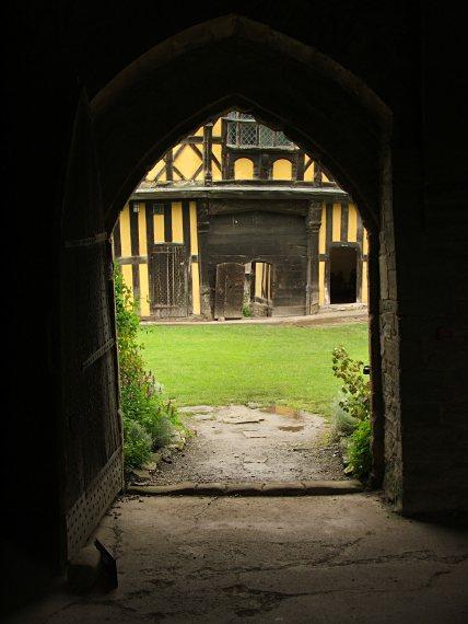 Stokesay Castle - dziedziniec i budynek bramny